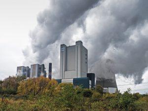 Auf Luftverschmutzung, wie hier durch ein Kohlekraftwerk, sind jährlich etwa acht Millionen vorzeitige Todesfälle zurückzuführen